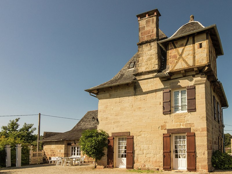 16th century tower with large garden and beautiful views., holiday rental in Brignac-la-Plaine