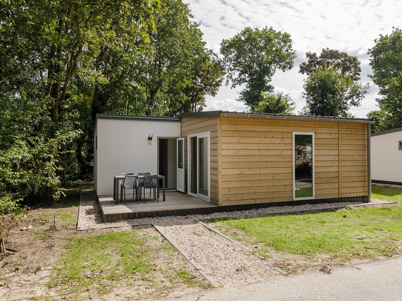 Comfortable chalet with two bathrooms near the beach, holiday rental in Poeldijk