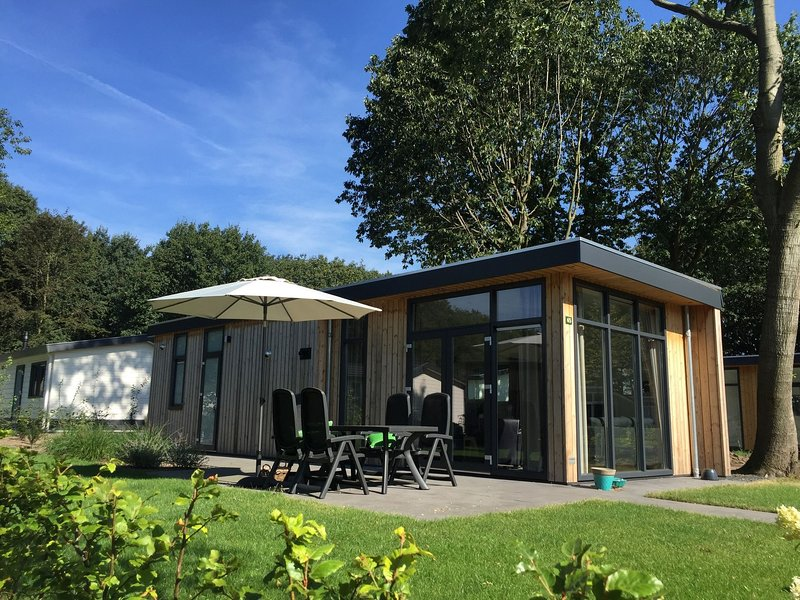 Comfortable chalet with dishwasher, within the De Veluwe, casa vacanza a Lunteren