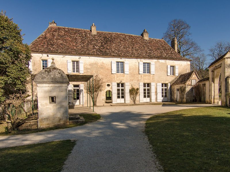 Luxurious Mansion with Swimming Pool in Aquitaine, holiday rental in Clermont de Beauregard