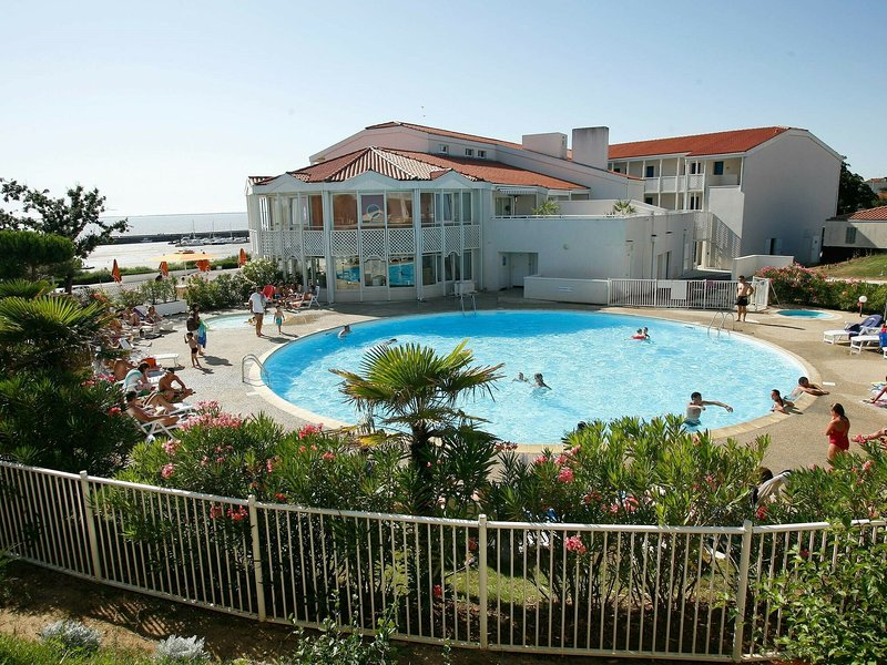 Studio with a view on the pool or sea near Fort Boyard, holiday rental in Saint Nazaire sur Charente