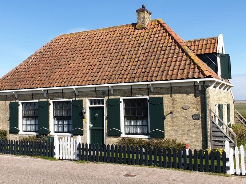 Holiday home in listed building on the beautiful Frisian island of Texel, vacation rental in Den Hoorn