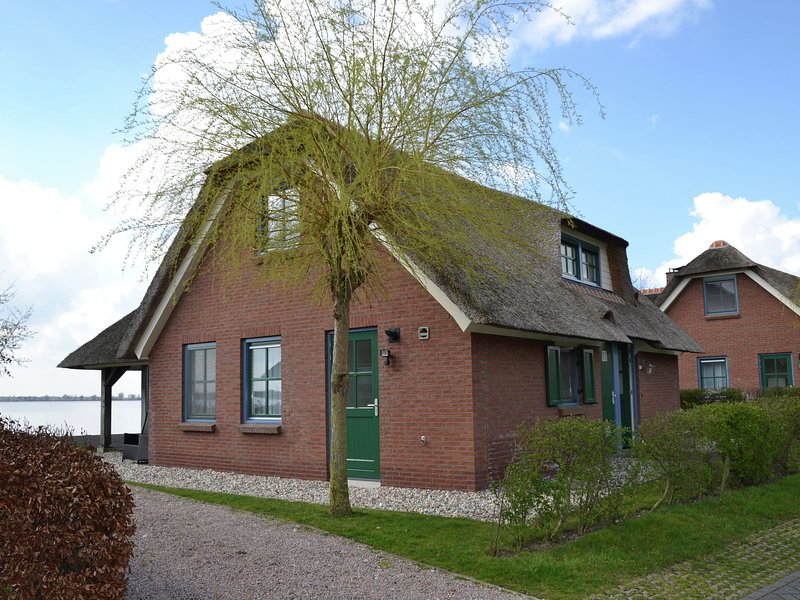 Stylish thatched villa with two bathrooms near Giethoorn, alquiler vacacional en Hasselt