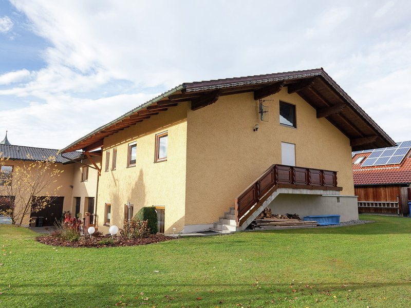 Cozy Apartment in Ruhmannsfelden with Swimming pool, holiday rental in Zachenberg
