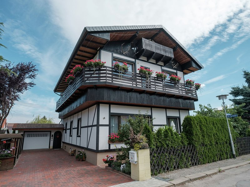 Beautiful apartment with romantic garden and cosy terrace, location de vacances à Halberstadt