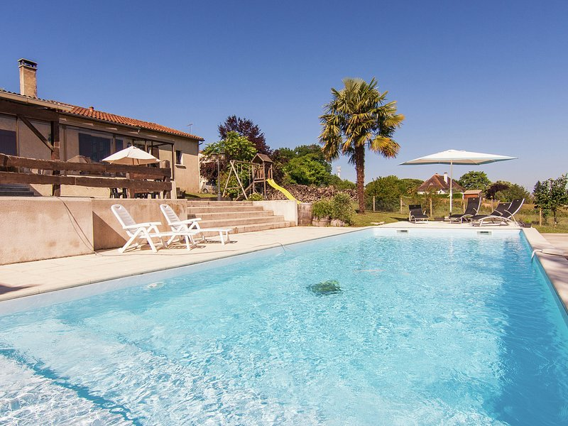 Cottage with porch, large private pool and spacious garden., casa vacanza a Eygurande-et-Gardedeuil