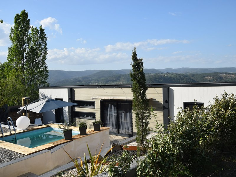 Brand new, modern villa, beautifully situated with private pool, alquiler vacacional en Aujac