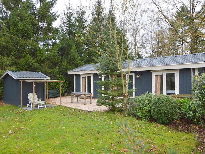 Highly atmospheric and top quality chalet with private garden close to the Veluw, holiday rental in Vaassen
