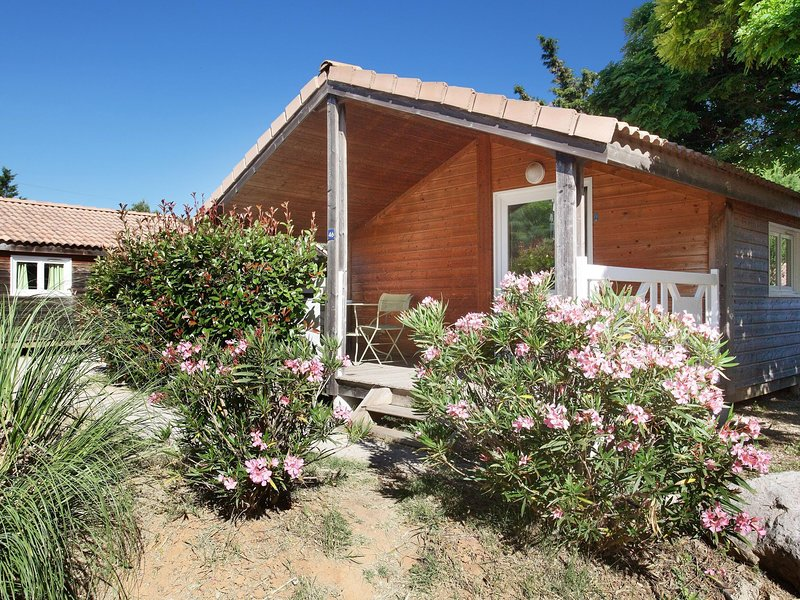 Cozy chalet with covered terrace in beautiful surroundings, holiday rental in Carnoux-en-Provence