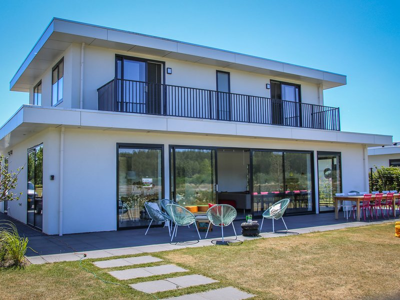 Magnificent waterfront design villa, located near Harderbos, holiday rental in Harderwijk