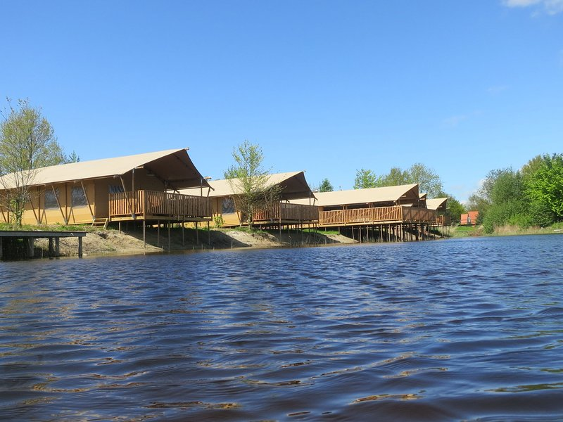 Lovely tent with a kitchen and bathroom, located near a pond, vacation rental in Flevoland Province