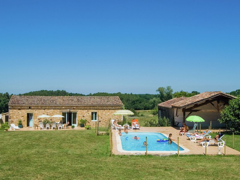 Lovely holiday home in Biron with fenced swimming pool, vacation rental in Saint-Etienne-de-Villereal