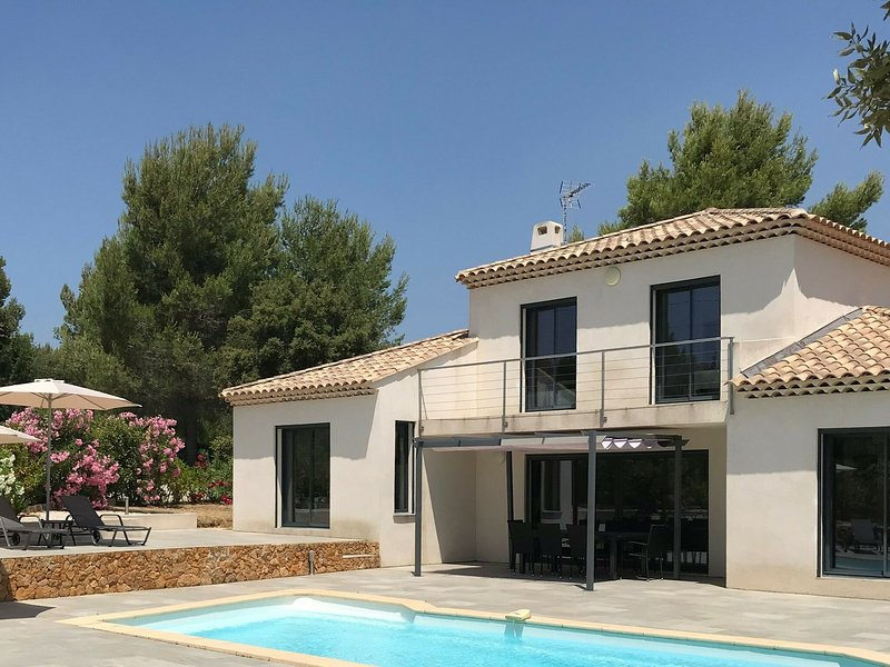 Modern villa with private swimming pool in a beautiful area, near the beaches, holiday rental in Ile de Bendor