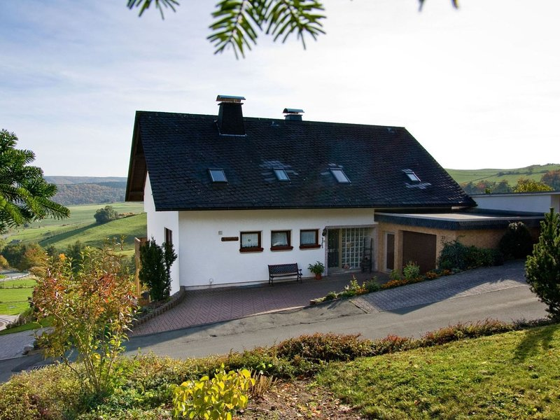 Bright and modern apartment in the Sauerland with covered terrace, location de vacances à Korbach