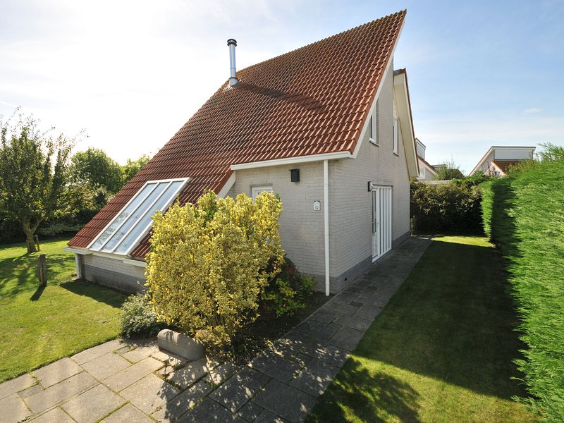 Detached villa with whirlpool and dishwasher, beach at 1 km., vakantiewoning in Scharendijke