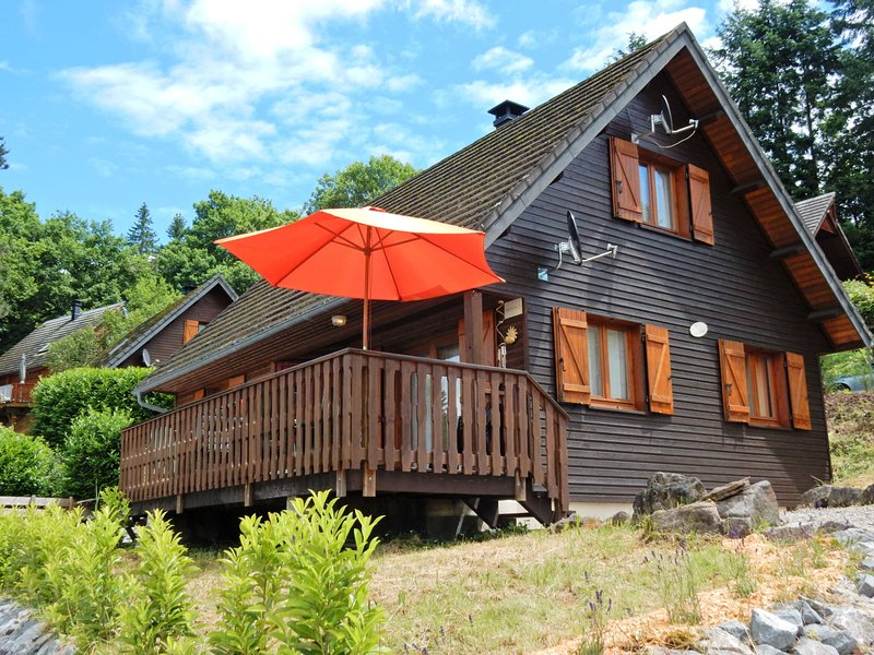 Peaceful Chalet in Beaulieu with Lake Nearby, holiday rental in Margerides