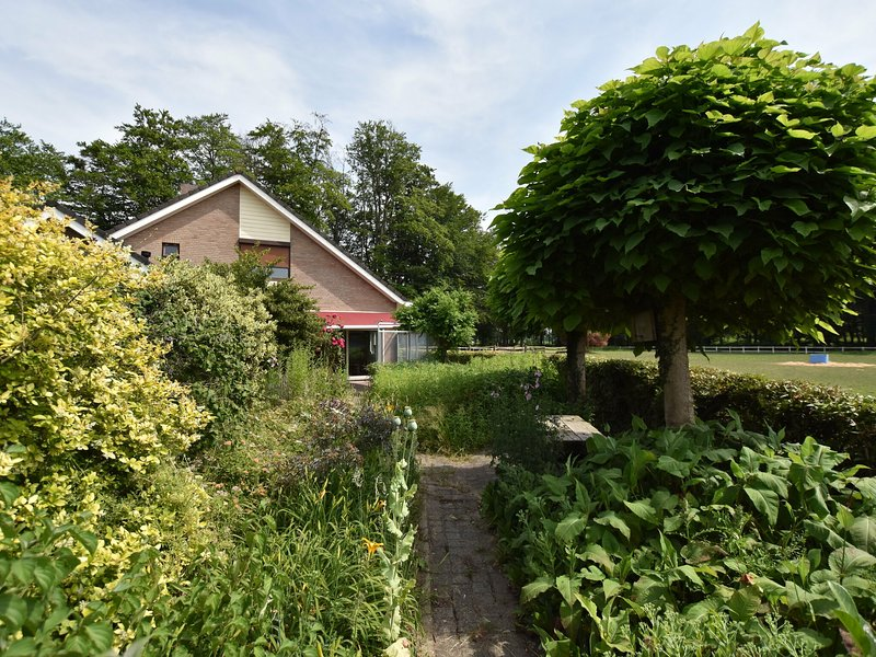 Beautiful, spacious and luxurious holiday home in the middle of nature, near an, Ferienwohnung in Spijk