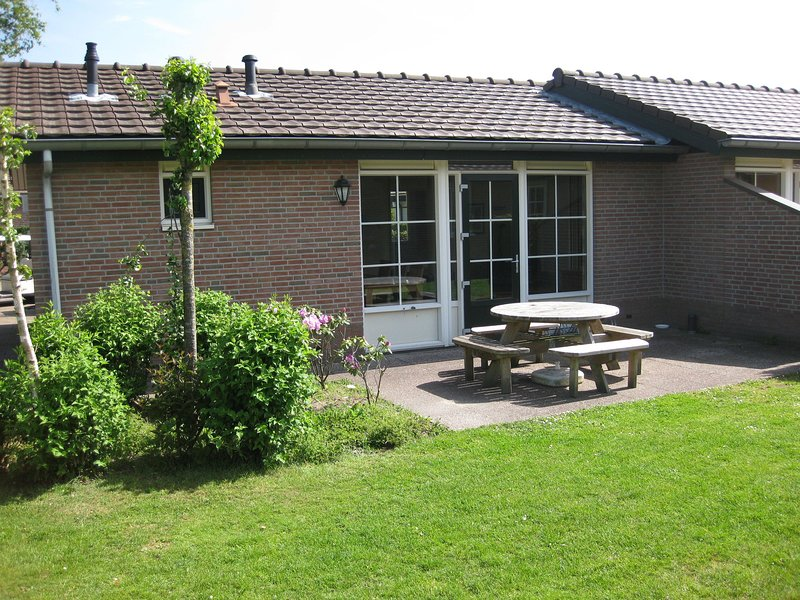 Semi-detached bungalow with dishwasher near the Veluwe, holiday rental in Amersfoort
