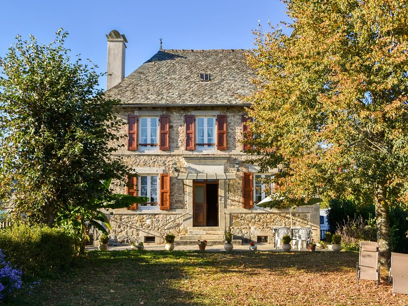 Rural holiday home offering peace, nature and stunning views in south of France, holiday rental in Cassaniouze