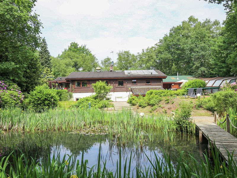 Beautiful Finnse style log cabin including a swimming pool, sauna and Jacuzzi, Ferienwohnung in Diffelen