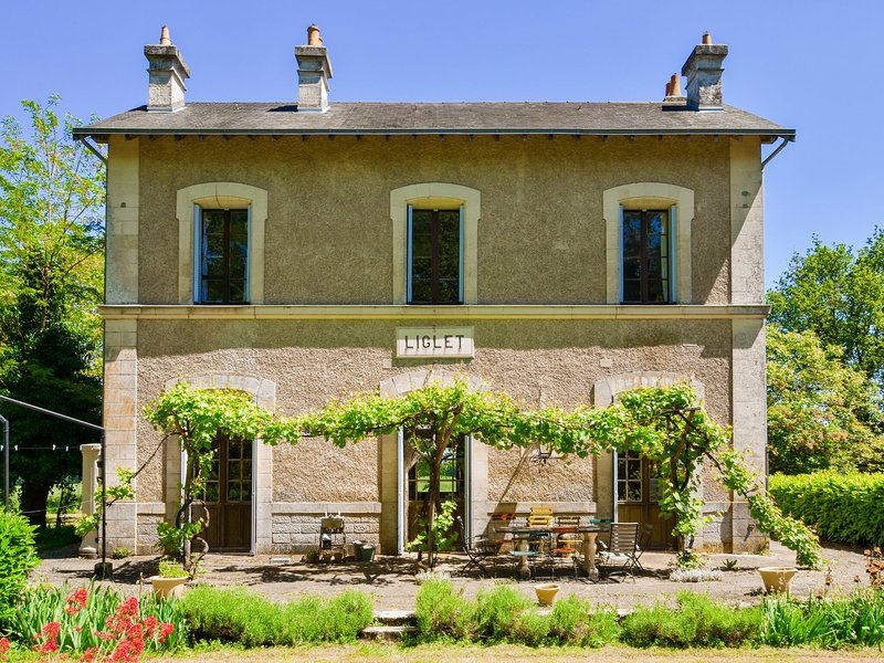 Former train station with private heated swimming pool and fantastic garden!, alquiler de vacaciones en Montmorillon