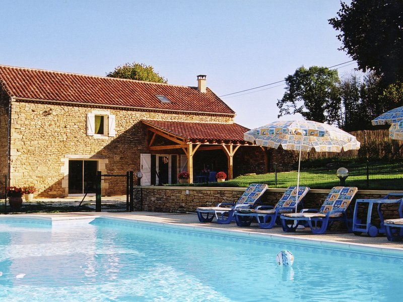 Beautiful Holiday Home with Pool in Saint-Pompont, holiday rental in Saint Pompon