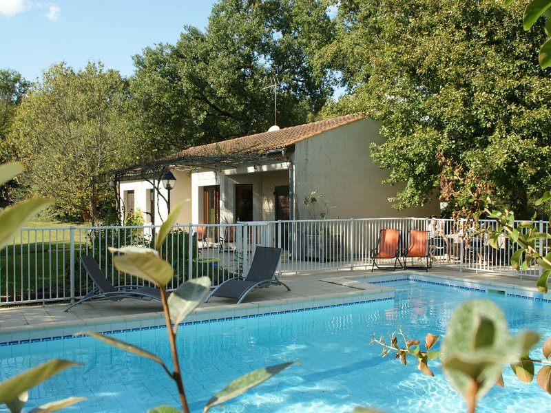 Quaint Bungalow in Pinsac with a Pool, alquiler vacacional en Loupiac