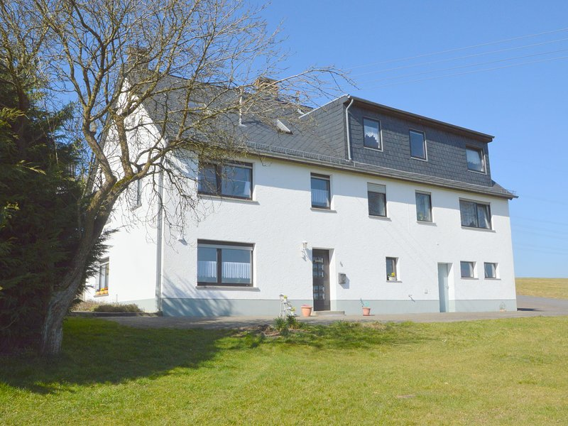 Stunning house with uninterrupted views, ideal for dog owners and hikers, vakantiewoning in Juenkerath