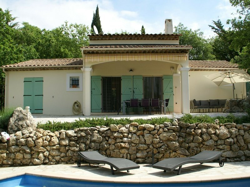 Beautiful villa with a quiet location in the green hinterland of Fréjus, holiday rental in Saint-Paul-en-Foret