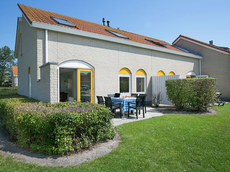 Restyled bungalow with two bathrooms, 500 m. from the beach, vacation rental in Renesse