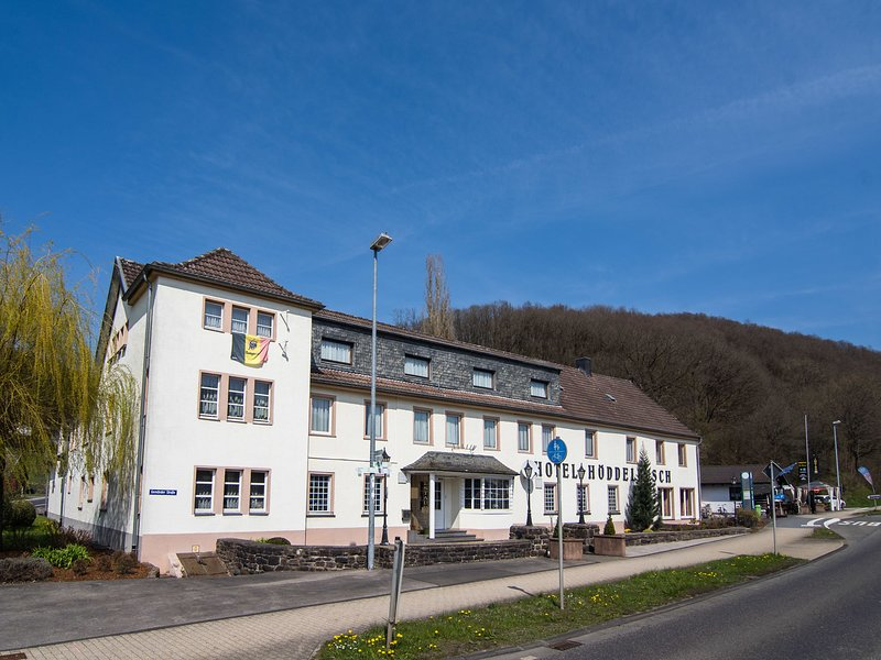Large group accommodation with lots of facilities nearby the magnificent Eifel N, location de vacances à Hollerath