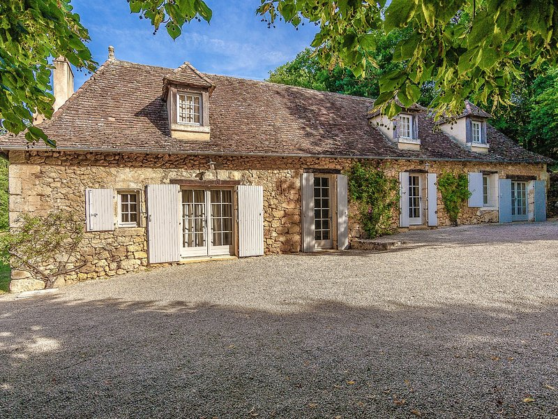 Sprawling Mansion in Aquitaine with Swimming Pool, vacation rental in Saint-Martin-des-Combes