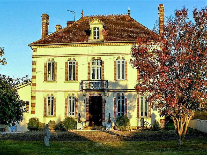Vinatge Mansion with Private Pool in Caupenne-d'Armagnac, vakantiewoning in Monguilhem
