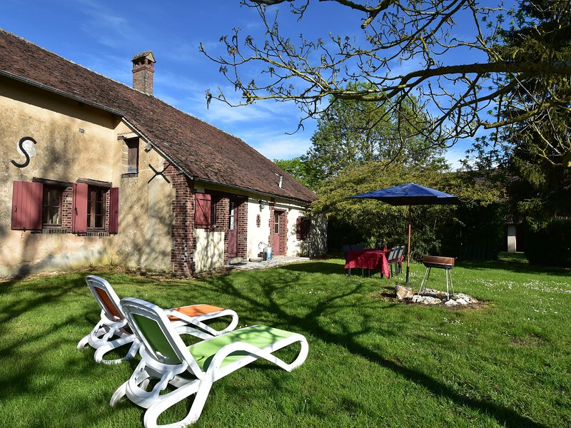 Characteristic house on large country estate near Saint Maurice-sur-Aveyron, casa vacanza a Amilly
