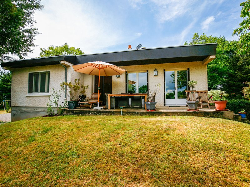 Holiday house in Auvergne surrounded by a large and beautiful garden, holiday rental in Murat