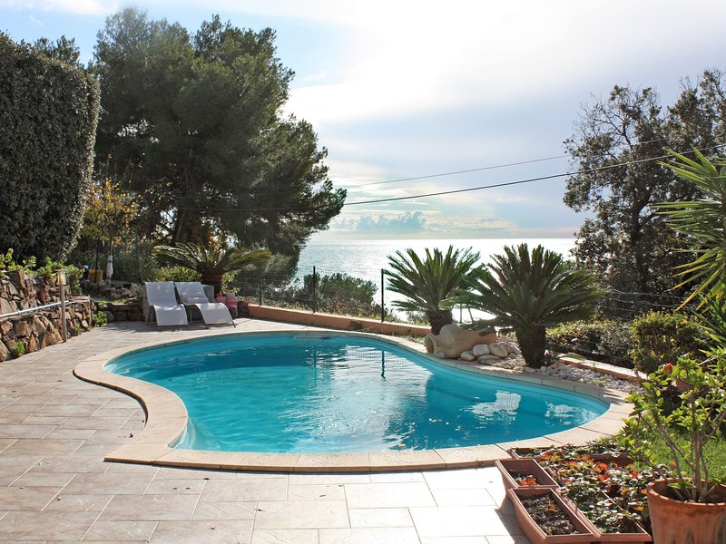 Cozy Holiday Home in Carqueiranne with Swimming Pool, holiday rental in Carqueiranne
