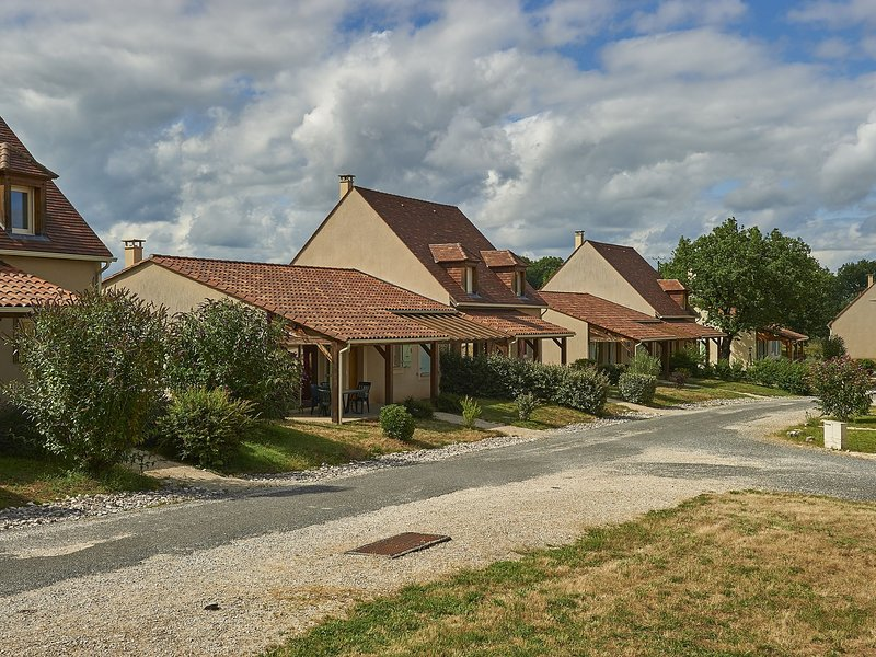 Cozy holiday home with a dishwasher, not far from Sarlat, alquiler vacacional en Loupiac