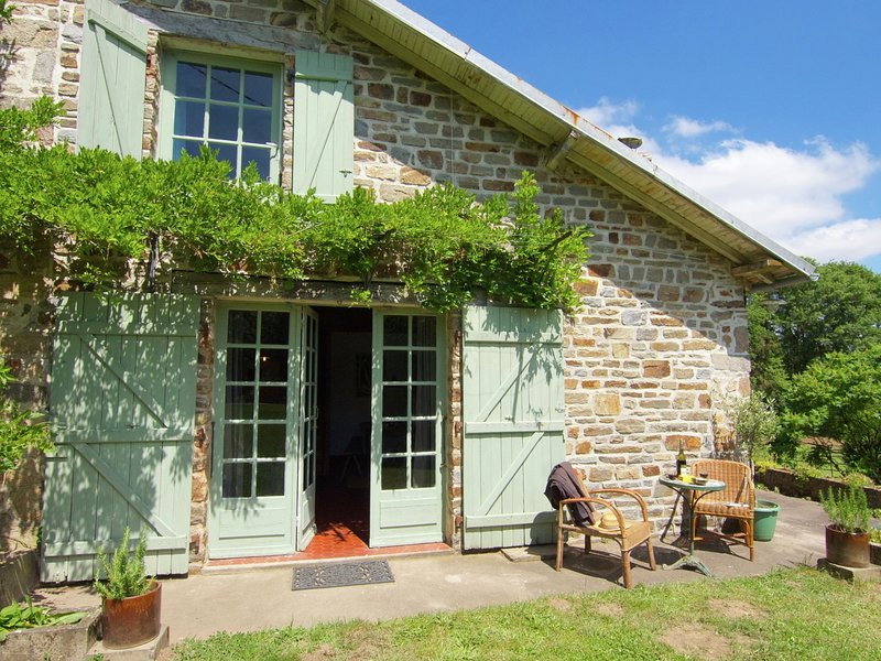 Charming Cottage in Ladignac-le-Long with Garden, holiday rental in Saint-Yrieix-la-Perche