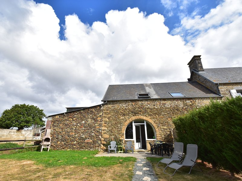 Holiday home in quiet location with garden, terrace and barbecue, near Coutances, location de vacances à Courcy
