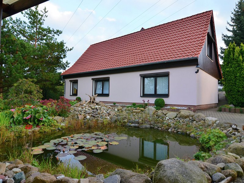 Apartment in the Harz with a log cabin, pond and covered seating area, aluguéis de temporada em Timmenrode