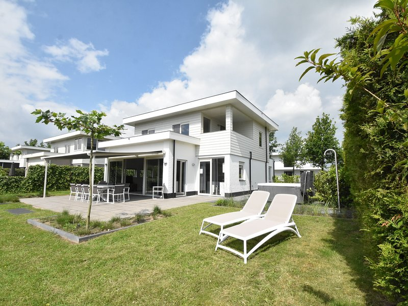 Modern villa with large garden by the water, with jacuzzi and sauna infrared, holiday rental in Harderwijk