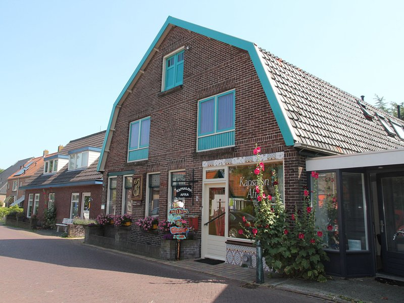 Lovely holiday home with garden in the centre of Egmond-Binnen, holiday rental in Heiloo