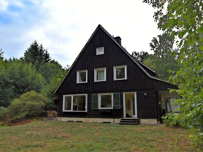 Large holiday home in Braunlage on the edge of the forest with 2 terraces and wo, aluguéis de temporada em Elend