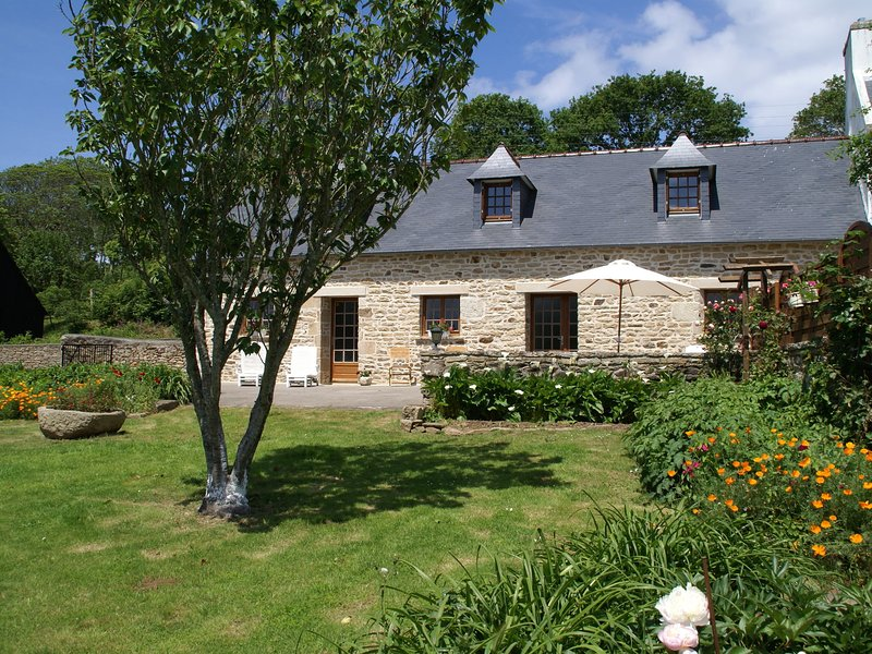 Rural holiday home near beach, culture and recreation in the tip of Brittany, holiday rental in Mahalon