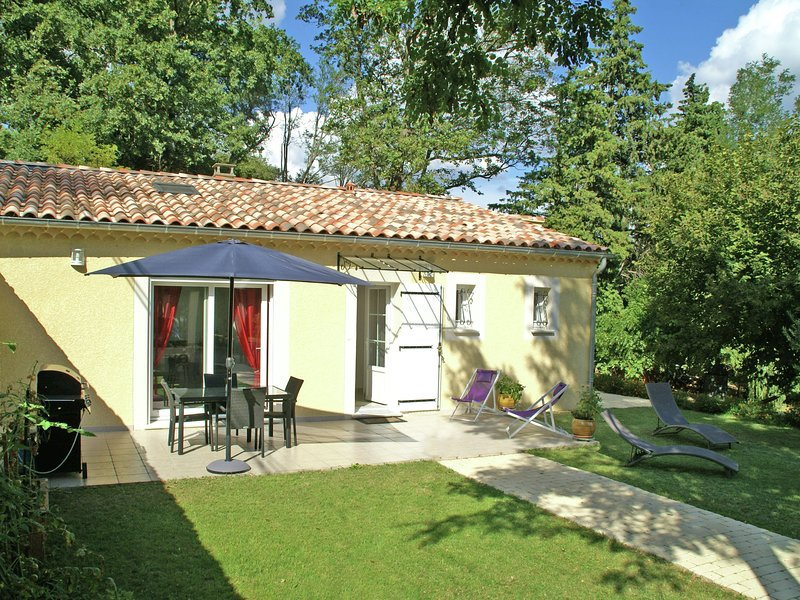 Recently built villa with shared swimming pool near the village of Piolenc, casa vacanza a Mornas