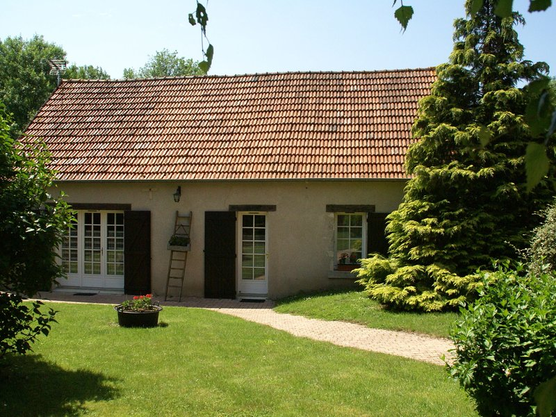 Fantastic holiday home with large garden in cultural surroundings of Saint-Ay, vacation rental in Patay