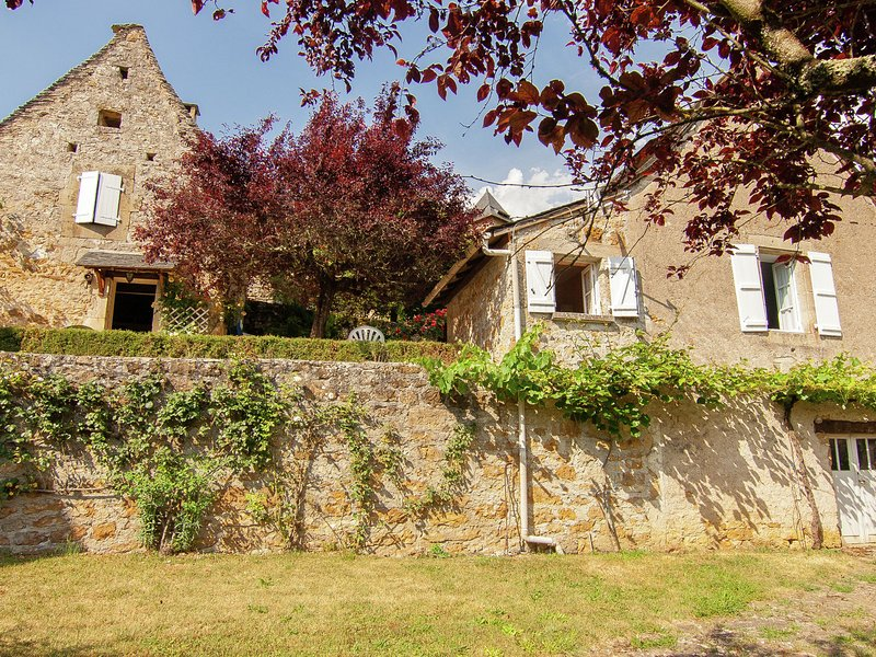 Quaint Cottage in Roziers with Terrace, holiday rental in Chartrier-Ferriere