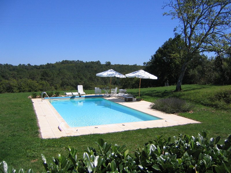 Charming private holiday home with private tennis court and pool near Cazals, vacation rental in Gourdon