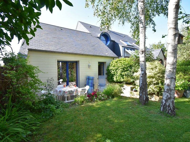 Cosy holiday home with sheltered terrace and barbecue, close to the beach, vacation rental in Saint-Pair-sur-Mer