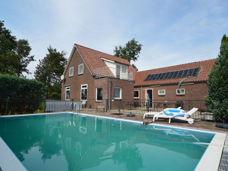 Beautiful detached holiday home with swimming pool and lots of leisure facilitie, Ferienwohnung in Spijk